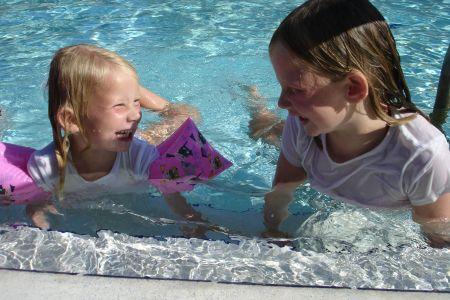 Noa en Esmee in het zwembad in Florida.