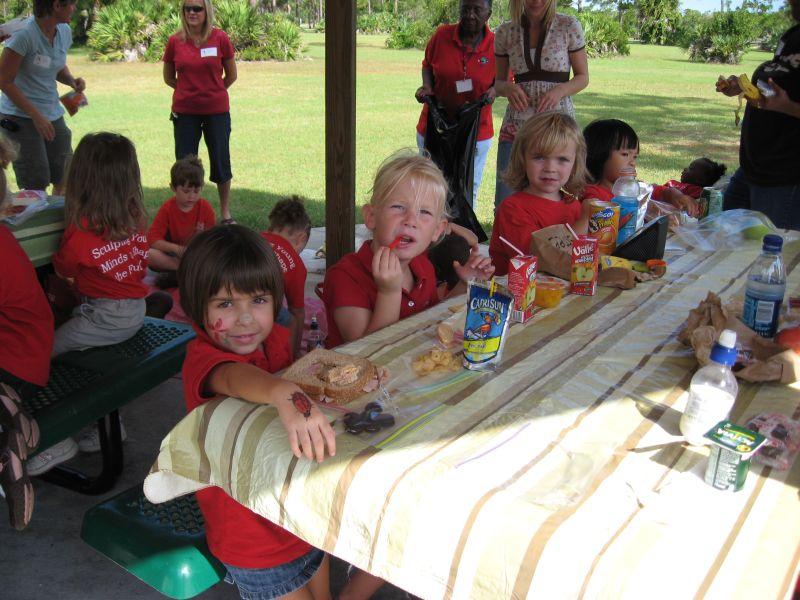 esmee_op_schoolreisje_picknick.jpg
