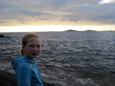Noa met op de achtergrond St. Agnes, een van de andere eilanden