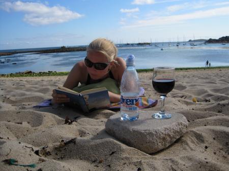 Beetje decadent met een glas wijn op het strand :)