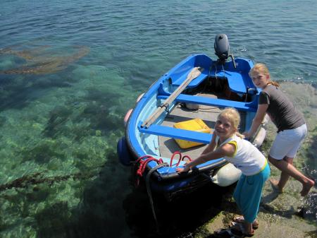 Als de meisjes hun Cheesy Omelet op hebben, gaan ze met papa op ontdekking achter de berg en vinden dit kleurige bootje.