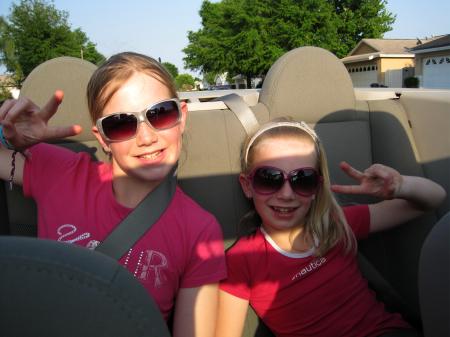 Blonde chickies met veel te grote zonnebrillen!